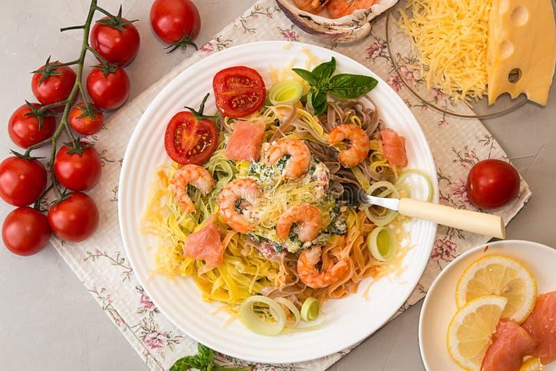 天花板饭桌 面团tagliatelle用烤虾 免版税库存图片