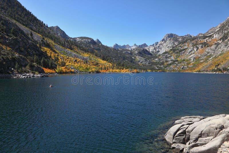 天蓝色的捕鱼湖水 库存照片