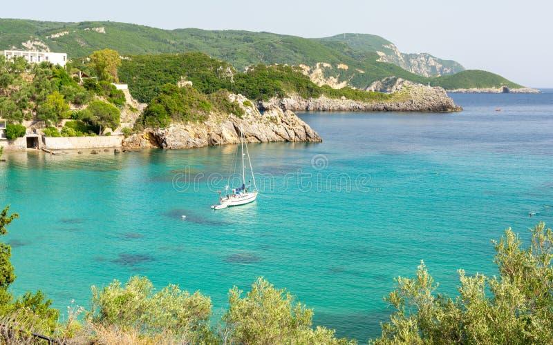 天蓝色的海湾在科孚岛海岛,希腊上的Paleokastritsa 免版税库存照片