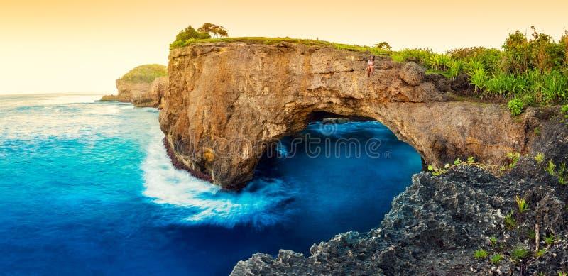 天蓝色的海滩用落矶山脉和印度洋清楚的水晴天 库存图片