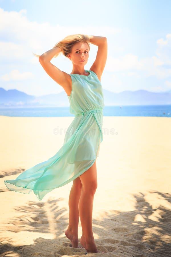 Download 天蓝色的白肤金发的女孩调查在海滩的照相机 库存照片. 图片 包括有 特写镜头, 照相机, 欧洲, 异乎寻常 - 59103502