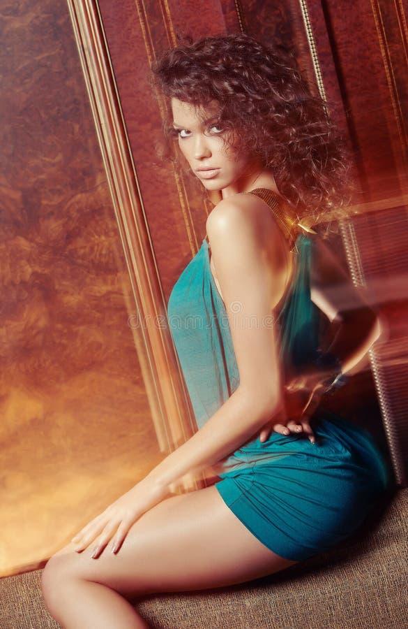 天蓝色的礼服的性感的妇女 免版税库存照片