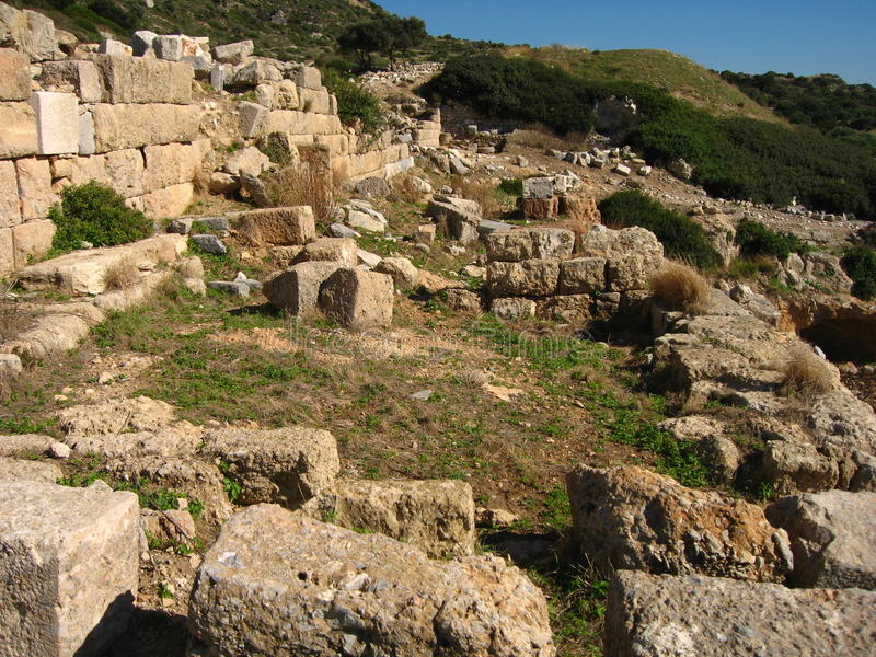 天蓝色的蓝天,一个庄严风景 柱廊,寺庙,废墟,岩石古老大理石, 免版税库存照片