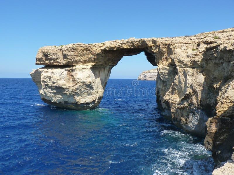 天蓝色的蓝色窗口在戈佐岛显示岩层的马耳他 库存照片