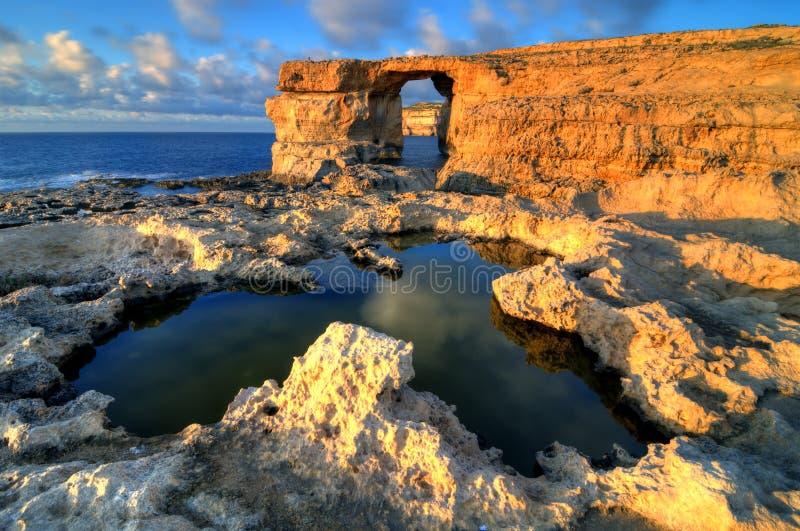 天蓝色的gozo hdr海岛马耳他视窗 库存图片