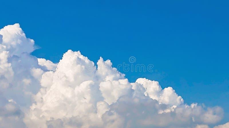 天蓝色覆盖背景 美丽的大云彩和明亮的天空蔚蓝风景 免版税库存照片