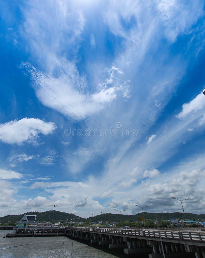 天蓝色靛蓝白色云彩,深蓝天 免版税库存照片