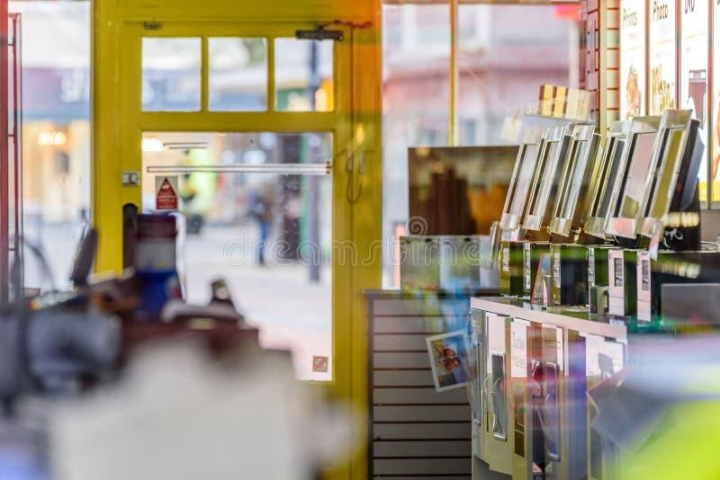 天视图空的闭合的摄影服务商店内部在英国 免版税库存图片