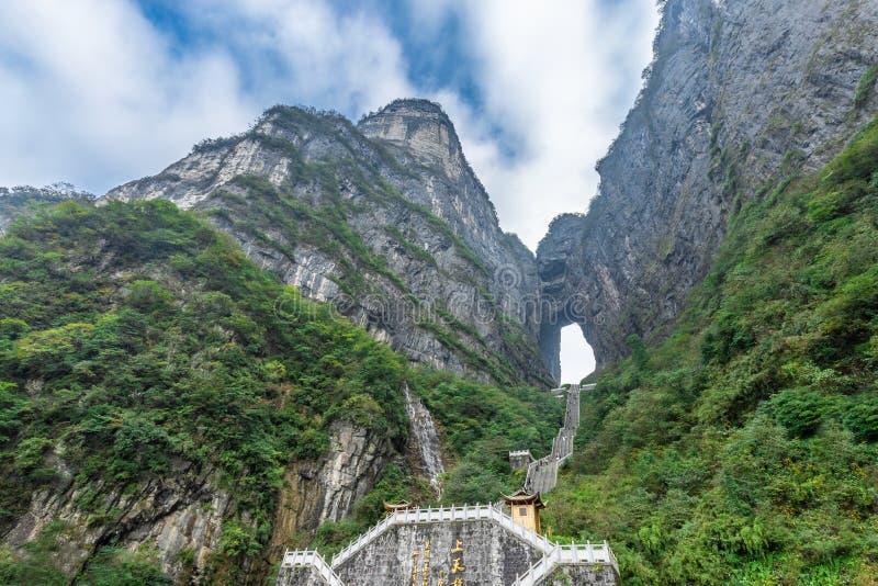 天门有999步楼梯的Zhangjiagie长沙湖南中国山国立公园天堂的门  库存照片