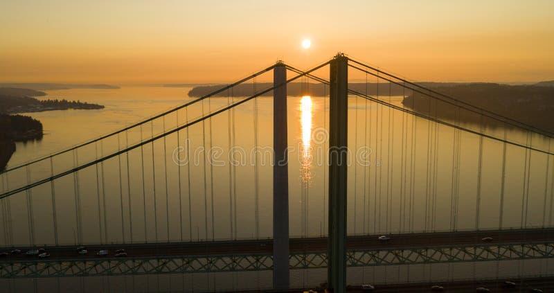 天际的太阳头在塔科马海峡桥梁 免版税库存照片
