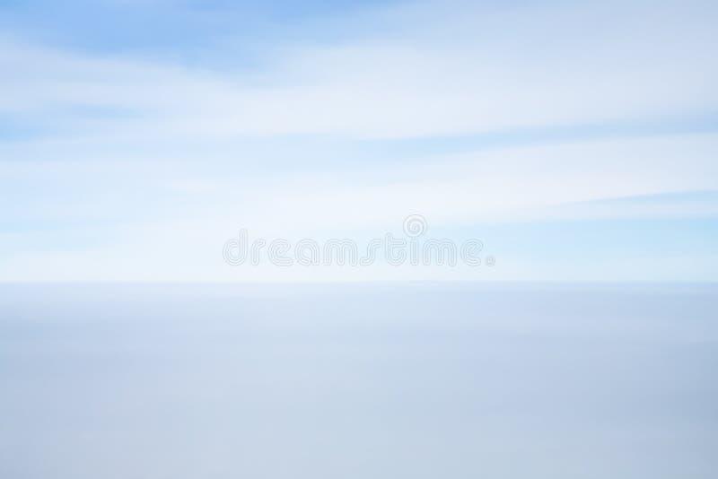 天际线看法在蓝天和海之间的 免版税库存照片