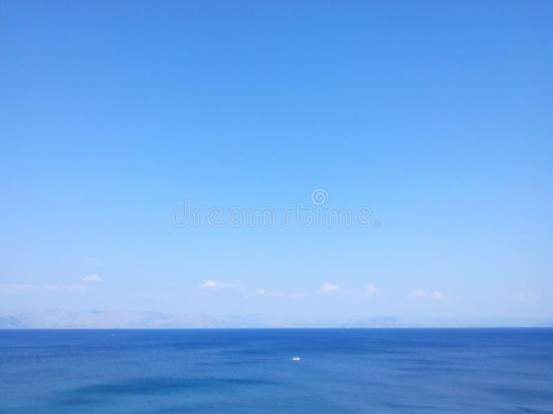 天际蓝色风平浪静 库存照片