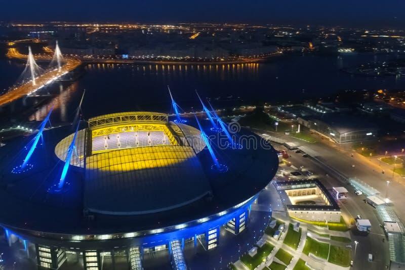 天顶体育场夜间 夜间体育场被彩灯照亮 免版税图库摄影