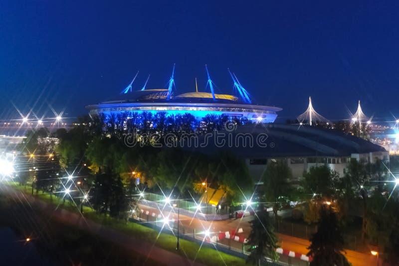 天顶体育场夜间 夜间体育场被彩灯照亮 库存照片
