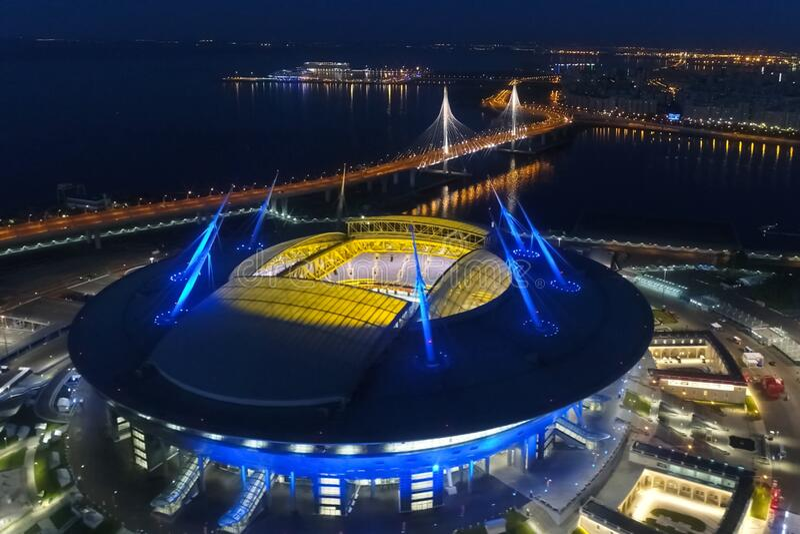 天顶体育场夜间 夜间体育场被彩灯照亮 免版税库存照片