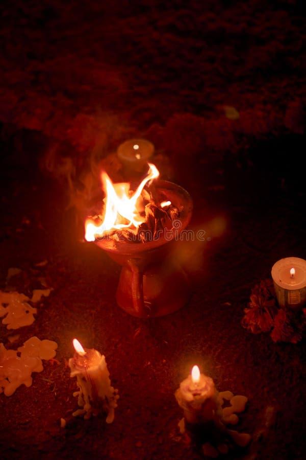 天香炉的死者与火的在晚上 免版税库存照片