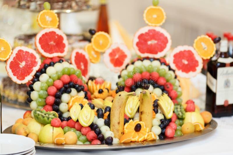 以天鹅的形式被安排的果子为饭桌服务 免版税库存照片