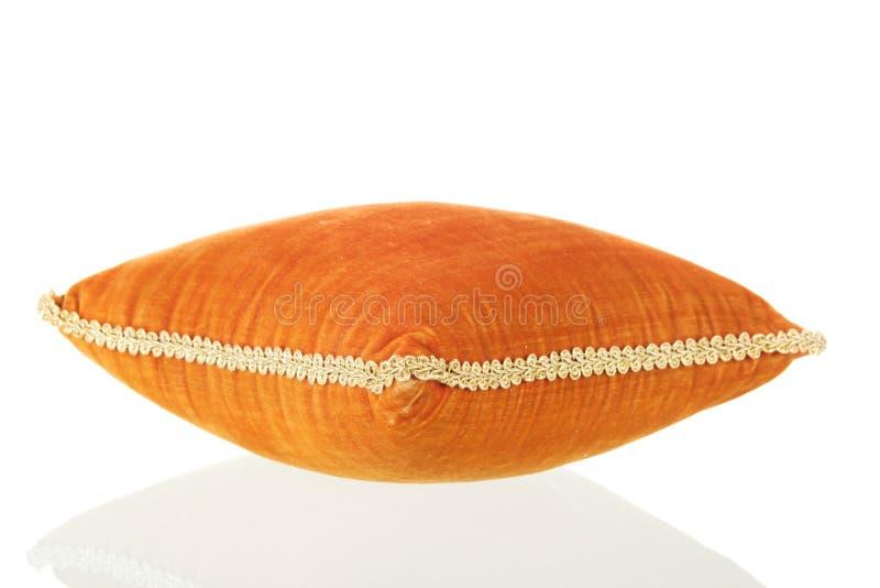 天鹅绒橙色枕头 库存照片