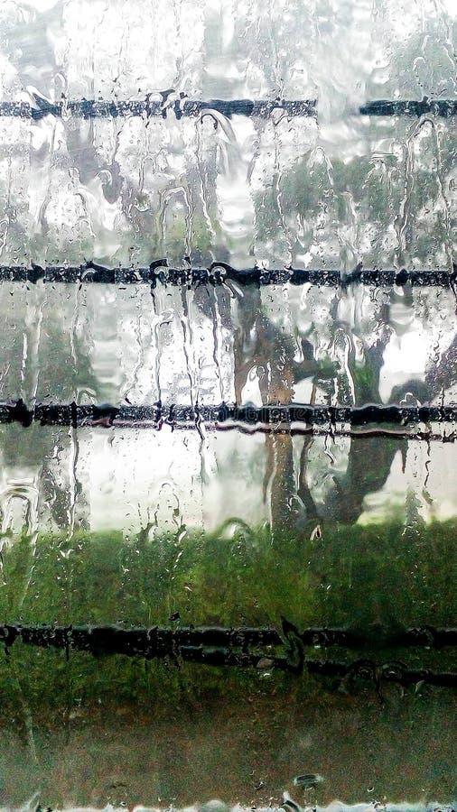 今天,跑在窗口下的雨 免版税库存图片