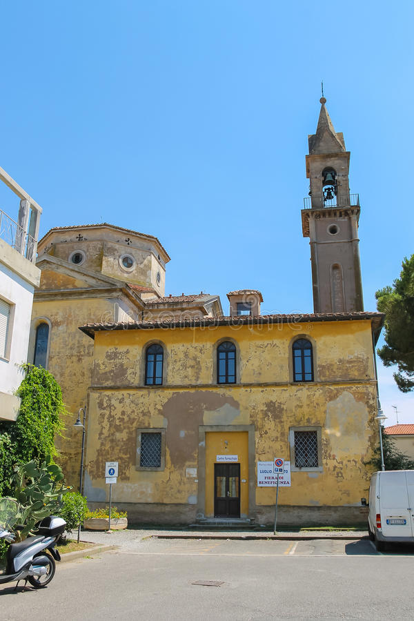 天主教会钟楼在Vada,里窝那,意大利 免版税库存照片
