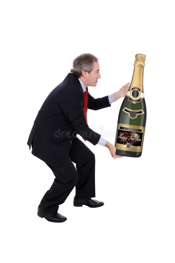 太大瓶运载的香槟的人 免版税库存照片