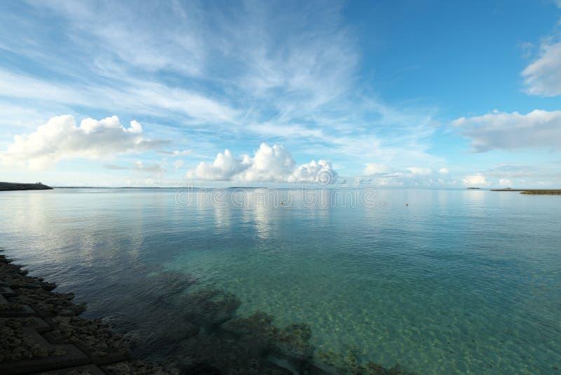 太平洋和宫古海岛和从近的Irabu桥梁观看的Kurima海岛 免版税库存图片
