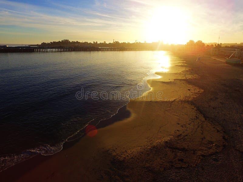 太平洋海滩日落圣克鲁斯,加利福尼亚的空中图象 免版税库存图片