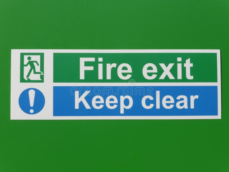 太平门和保留在绿色背景的清楚的标志 免版税库存图片