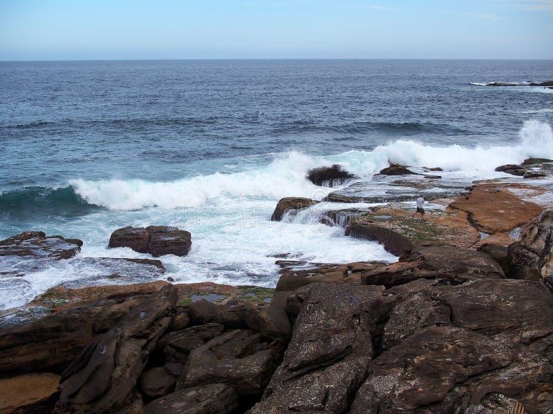 太平洋在岩石挥动 库存照片