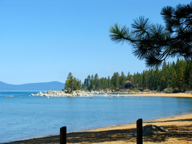 从太浩湖,内华达山的美丽的水 免版税图库摄影