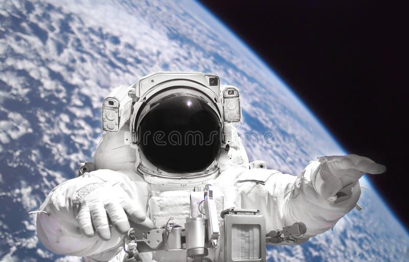 太空服关闭的宇航员在外层空间 从外层空间的行星地球 库存照片