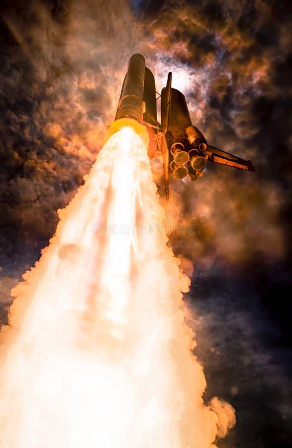 太空飞船发射在晚上,低角度透视 免版税库存图片