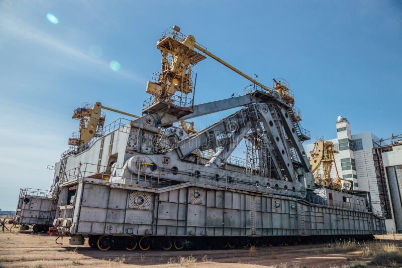 太空飞船Buran和能量运载工具的被放弃的运输和设施单位`蚂蚱`在cosmodrome贝康诺 免版税库存图片