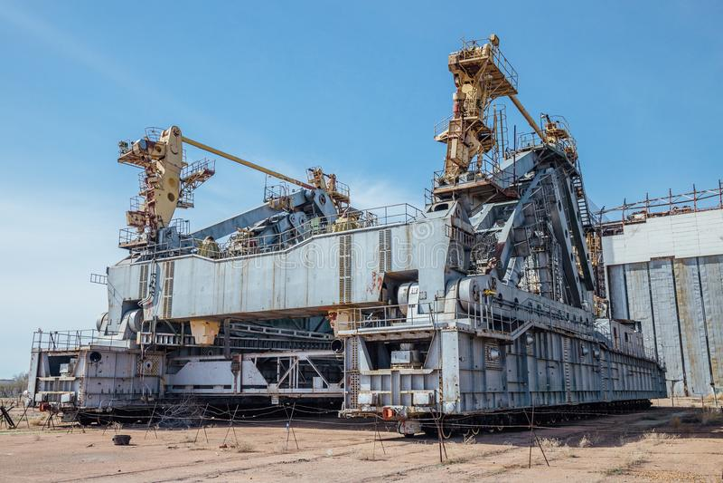 太空飞船Buran和能量运载工具的被放弃的运输和设施单位`蚂蚱`在cosmodrome贝康诺 库存图片