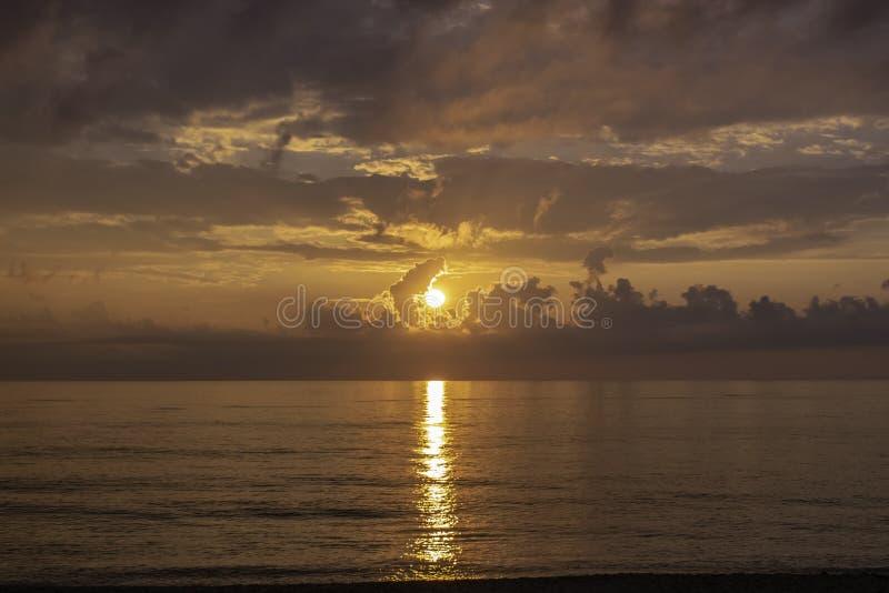 太阳上升在外面银行中 免版税库存照片