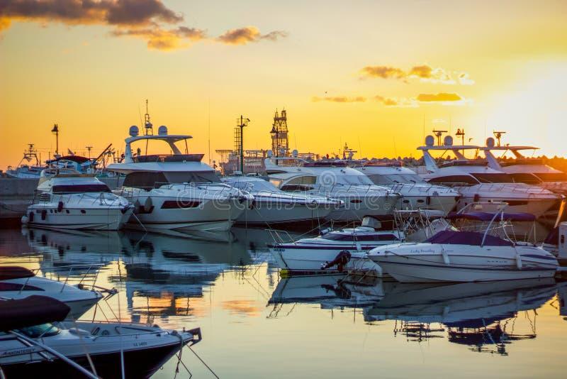 太阳上升的利马索尔小游艇船坞 免版税图库摄影
