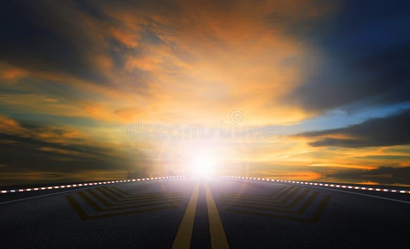 太阳上升的天空和沥青高速公路使用作为移动和旅途背景 库存图片
