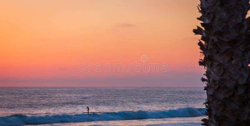 太阳下来上色天空和海洋 库存图片