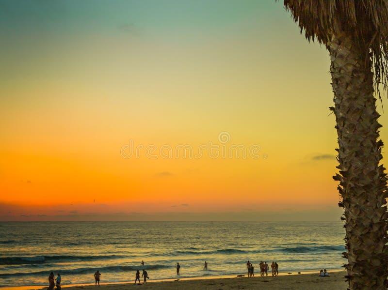 太阳下来上色天空和海洋 库存照片