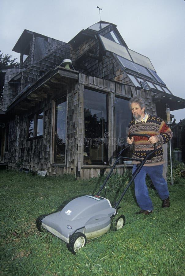 太阳供给动力的割草机在省能源的家在Mendocino,加州 库存照片