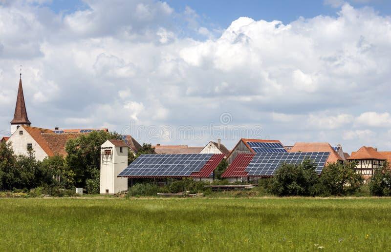 太阳供给动力的家在一个乡村在德国 镶板太阳 免版税库存照片