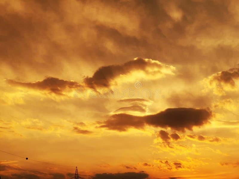 太阳光芒和云彩-在日落的重的云彩 免版税库存图片