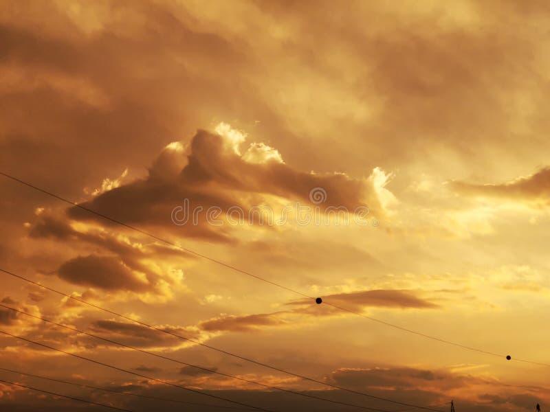太阳光芒和云彩-在日落的重的云彩 免版税图库摄影