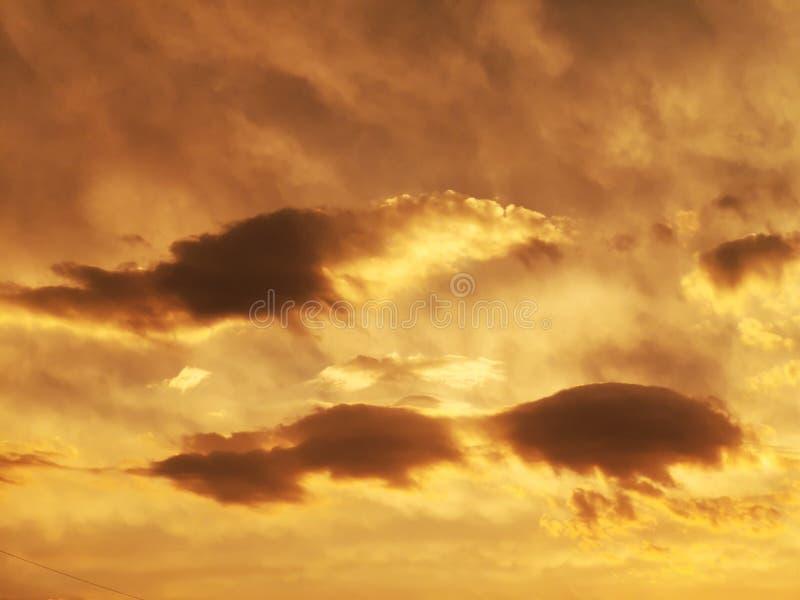 太阳光芒和云彩-在日落的重的云彩 免版税库存照片