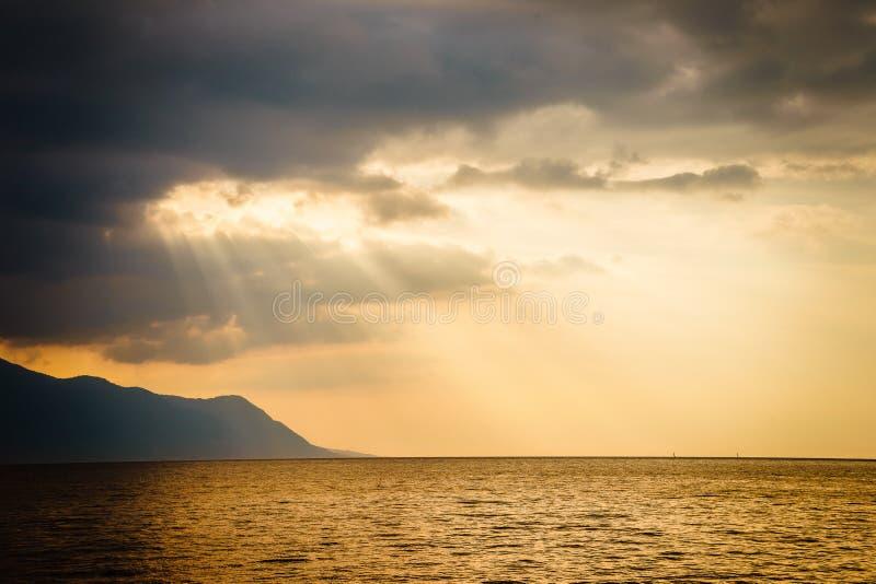 太阳光芒和云彩 免版税库存图片