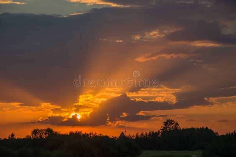 太阳光芒和太阳在云彩后 免版税库存照片