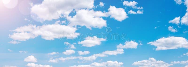 太阳光芒和白色云彩在天空蔚蓝,sumer网横幅 免版税库存照片