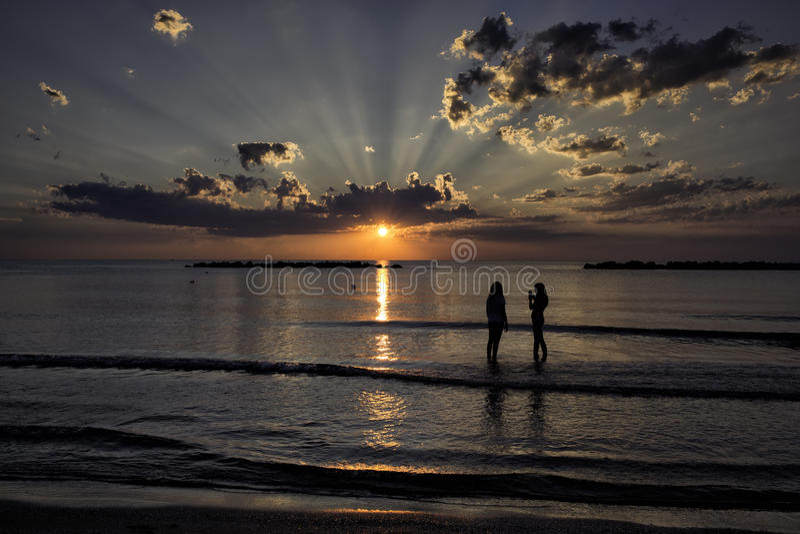 太阳光芒在黎明 免版税库存照片