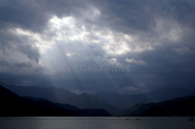 太阳光芒在Fewa湖,博克拉 库存照片