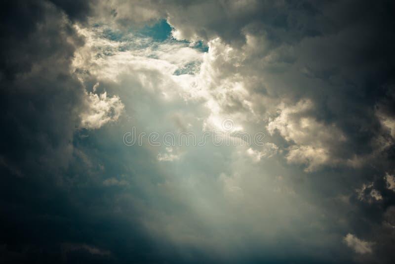 太阳光芒通过云彩的眼睛 免版税库存图片